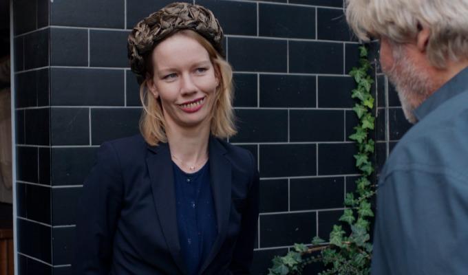 Ines, Toni Erdmann dişleri ile